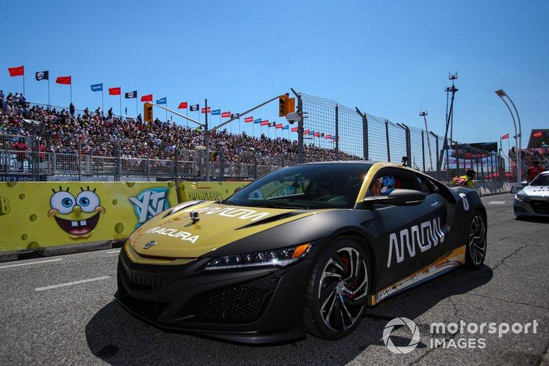 El piloto de Honda Robert Wickens, se prepara para conducir el Arrow Acura NSX