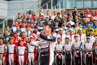 Kamui Kobayashi, Toyota Gazoo Racing, macht Gruppenfoto aller Piloten der WEC-Saison 2019/20