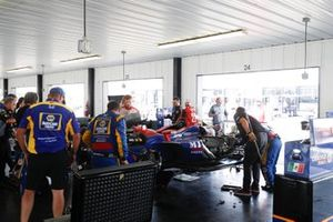 Alexander Rossi, Andretti Autosport Honda, garage, repair, crash