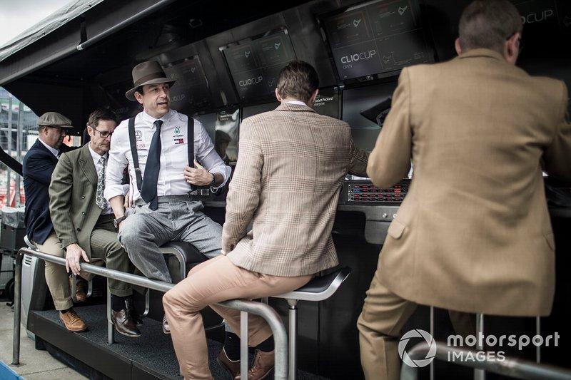 Toto Wolff, Team Principal, Mercedes AMG, e il team Mercedes, al muretto box con abiti anni '50