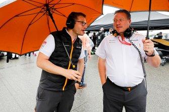 Andreas Seidl, Team Principal, McLaren et Zak Brown, directeur exécutif, McLaren, sur la grille