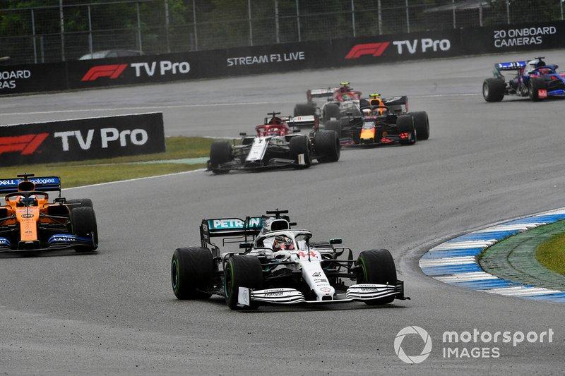 Lewis Hamilton, Mercedes AMG F1 W10, devant Carlos Sainz Jr., McLaren MCL34, et Kimi Raikkonen, Alfa Romeo Racing C38