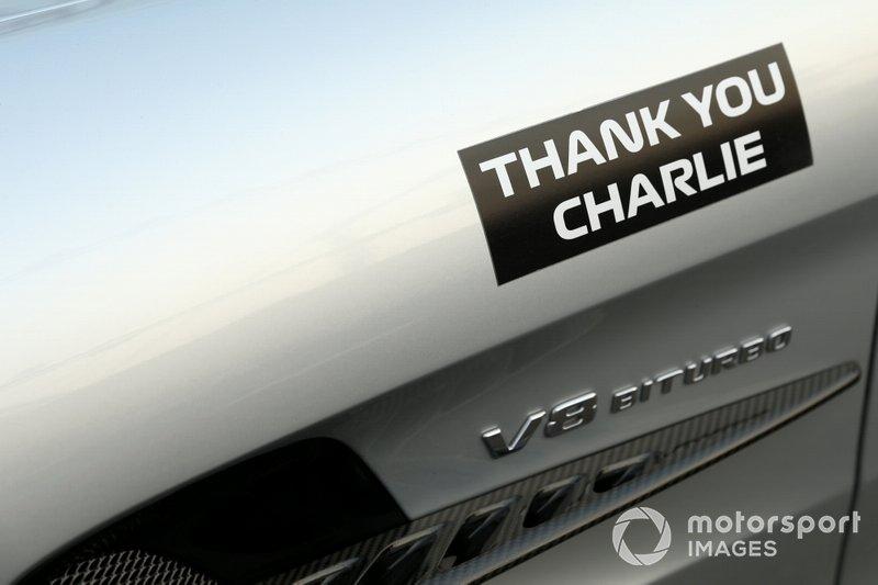 """Dettaglio dell'adesivo con la scritta """"Thank You Charlie"""" sulla Safety Car, in memoria di Charlie Whiting"""