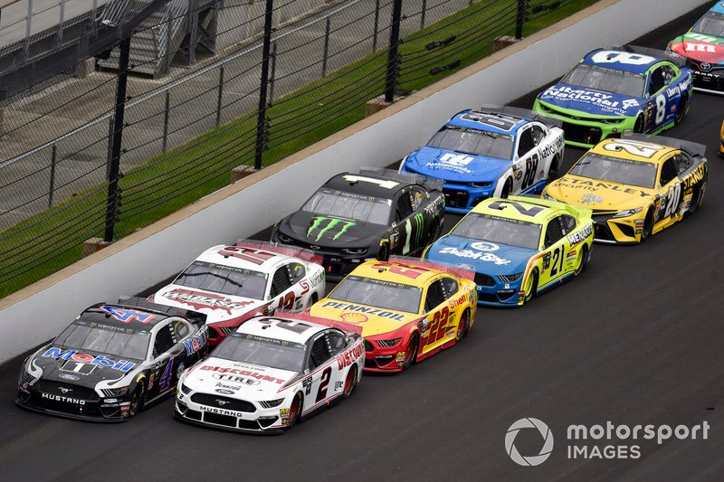Brad Keselowski, Team Penske, Ford Mustang Discount Tire and Kevin Harvick, Stewart-Haas Racing, Ford Mustang Mobil 1