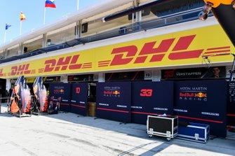 Paravento all'esterno del box Red Bull Racing, in pit lane
