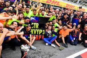 Daniil Kvyat, Toro Rosso, 3ª posición, y el equipo Toro Rosso lo celebran