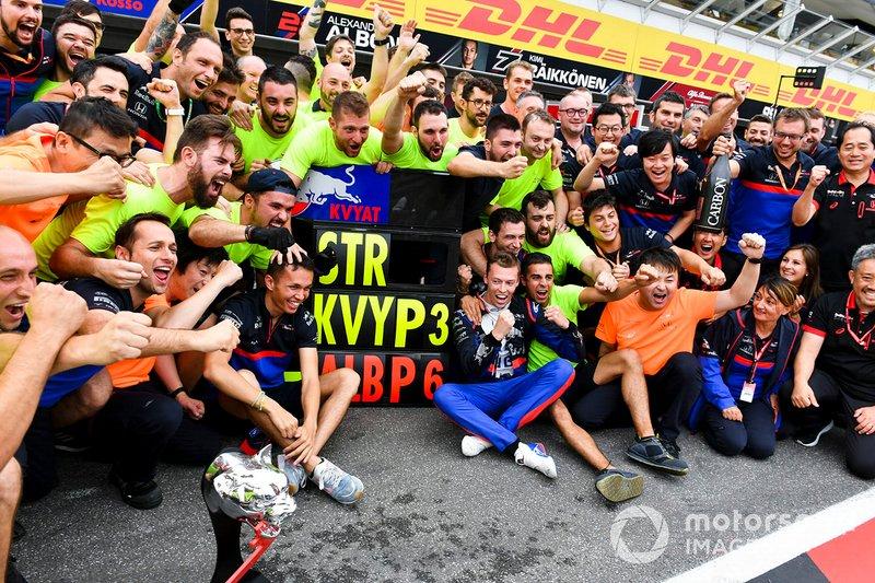 Daniil Kvyat, Toro Rosso, 3° classificato, festeggia con il team Toro Rosso