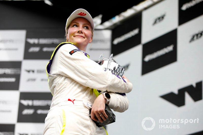 Эмма Кимилайнен на подиуме после победы в субботней гонке