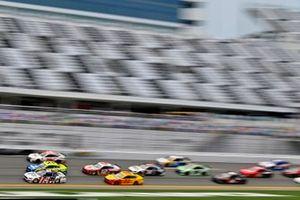 Brad Keselowski, Team Penske, Ford Mustang Miller Lite and Paul Menard, Wood Brothers Racing, Ford Mustang Menards / Dutch Boy
