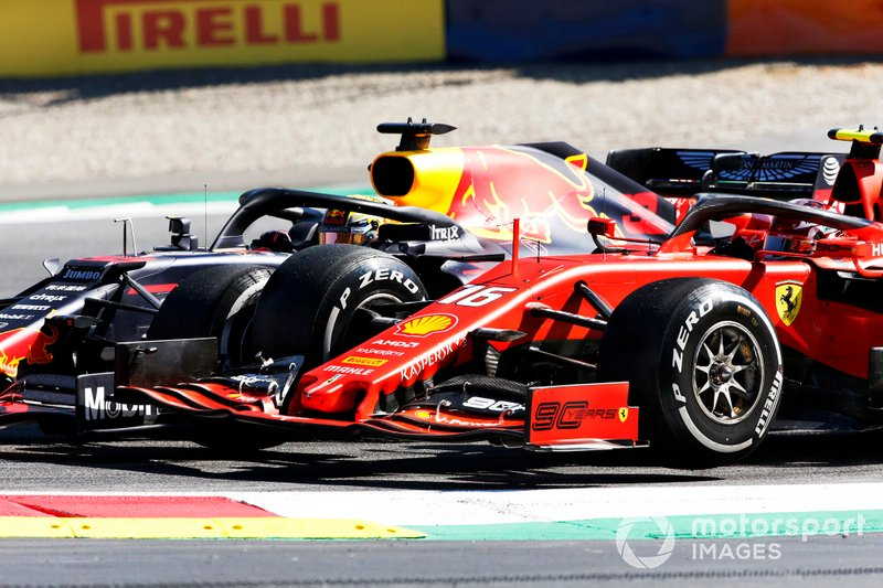 Max Verstappen, Red Bull Racing RB15, hace contacto con Charles Leclerc, Ferrari SF90