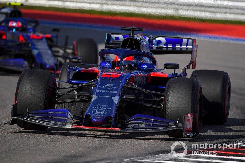 Daniil Kvyat, Toro Rosso STR14, precede Pierre Gasly, Toro Rosso STR14