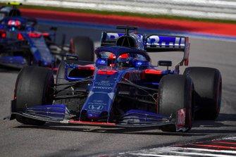 Daniil Kvyat, Toro Rosso STR14, devant Pierre Gasly, Toro Rosso STR14