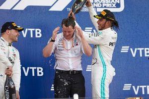 Podio: ganador Lewis Hamilton, Mercedes AMG F1 y Fred Judd, jefe de ingenieros, Mercedes AMG F1