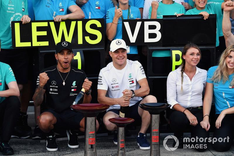 Lewis Hamilton, Mercedes AMG F1 e Valtteri Bottas, Mercedes AMG F1, festeggiano con il team