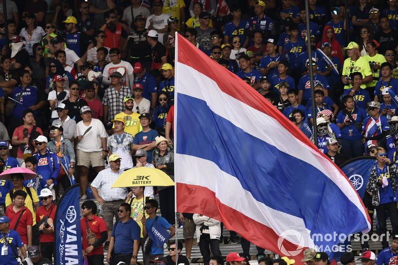 Un drapeau de la Thaïlande et des fans en tribune