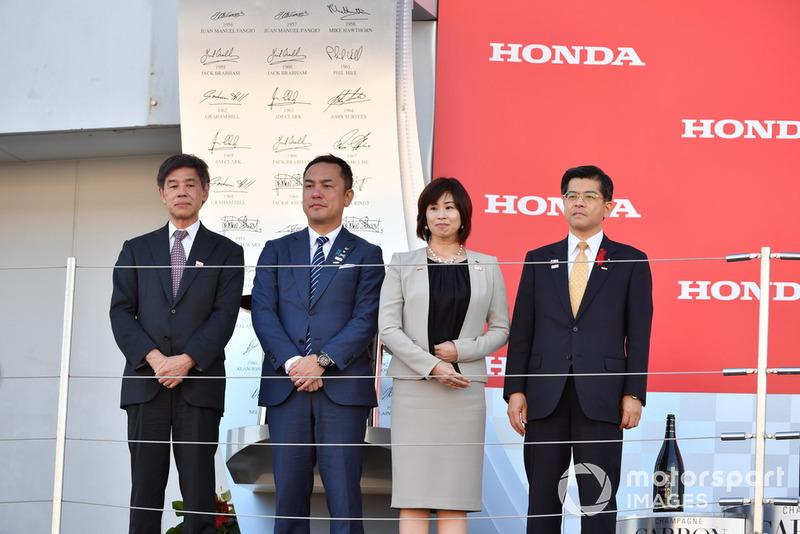 Takayoshi Yashiro, presidente de la Federación Japonesa de Automovilismo, Eikei Suzuki, gobernador de MIE, Noriko Suematsu, alcaldesa de Suzuka y Keiichi Ishii, ministro de territorio, infraestructuras, transporte y turismo de Japón