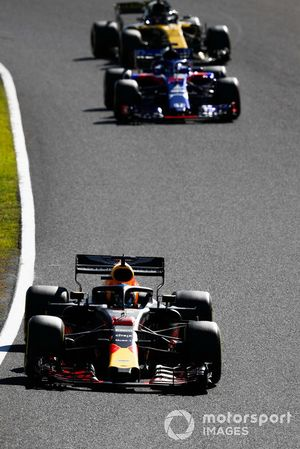 Daniel Ricciardo, Red Bull Racing RB14, leads Brendon Hartley, Toro Rosso STR13, and Carlos Sainz Jr., Renault Sport F1 Team R.S. 18