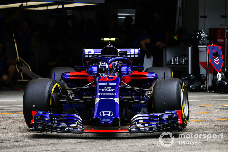Pierre Gasly, Scuderia Toro Rosso STR13, leaves the garage