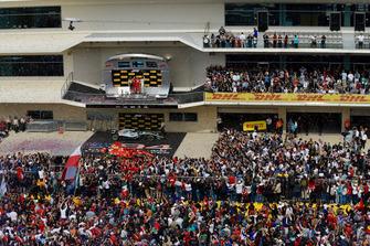 Fans op de baan met Max Verstappen, Red Bull Racing, Carlo Santi, Ferrari Race Engineer, Kimi Raikkonen, Ferrari en Lewis Hamilton, Mercedes AMG F1 op het podium