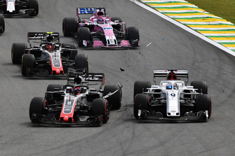 Marcus Ericsson, Sauber C37 and Romain Grosjean, Haas F1 Team VF-18 collide at the start of the race