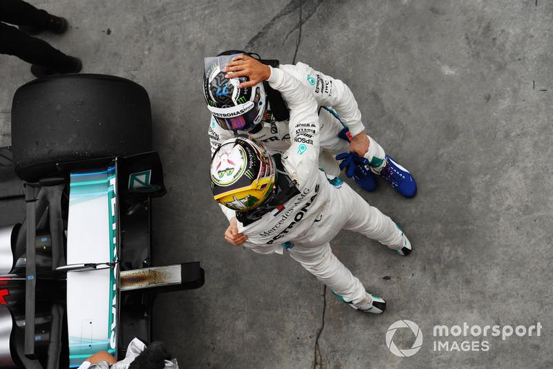 Lewis Hamilton, Mercedes AMG F1 et Valtteri Bottas, Mercedes AMG F1 W09 EQ Power+ dans le Parc Fermé