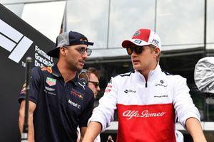 Daniel Ricciardo, Red Bull Racing and Marcus Ericsson, Alfa Romeo Sauber F1 Team on the drivers parade