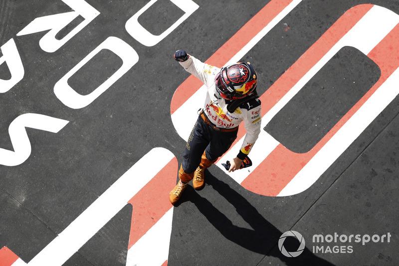 Max Verstappen, Red Bull Racing, 2ª posición, celebra en el Parc Ferme