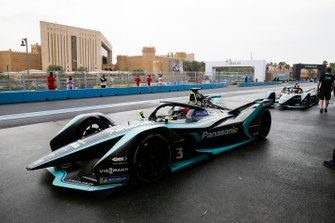 Nelson Piquet Jr., Panasonic Jaguar Racing, Jaguar I-Type 3, Mitch Evans, Panasonic Jaguar Racing, Jaguar I-Type 3 attendono in pit lane