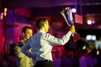 Un membre de DAMS récupère le trophée
