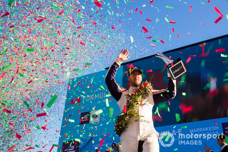 Pioggia di coriandoli mentre Sam Bird, Envision Virgin Racing, 3° classificato, festeggia sul podio