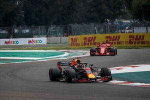 Daniel Ricciardo, Red Bull Racing RB14 and Sebastian Vettel, Ferrari SF71H