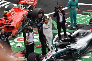Lewis Hamilton, Mercedes-AMG F1 W09 EQ Power+ viert feest in Parc Ferme