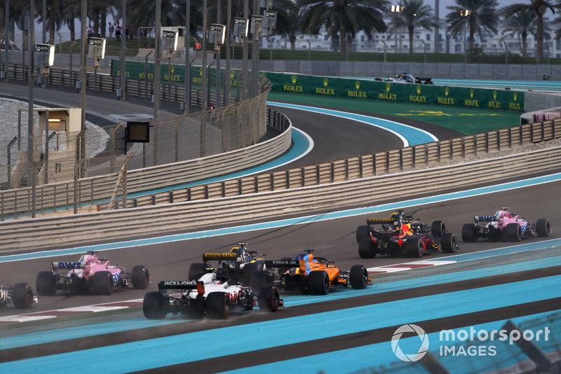Fernando Alonso, McLaren MCL33, Y Kevin Magnussen, Haas F1 Team VF-18, en la primera curva