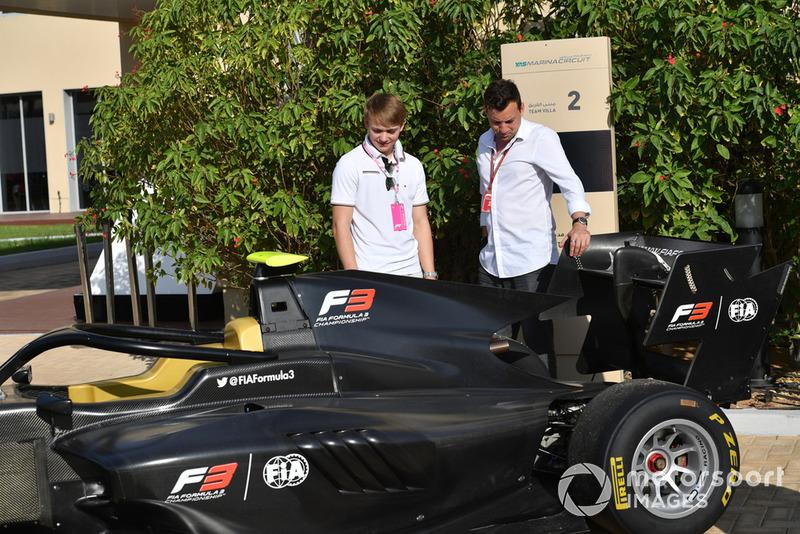Billy Monger y Will Buxton, Presentador de TV mirando la nueva Serie F3 GP3