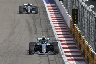 Valtteri Bottas, Mercedes AMG F1, precede Lewis Hamilton, Mercedes AMG F1