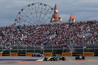 Carlos Sainz Jr., Renault Sport F1 Team R.S. 18, Kevin Magnussen, Haas F1 Team VF-18 en Esteban Ocon, Racing Point Force India VJM11