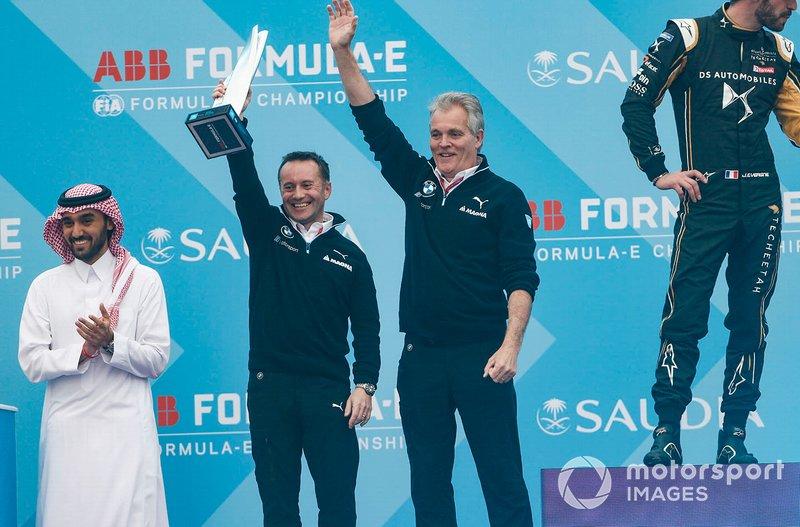 Roger Griffiths, Chief Technology Officer, BMW I Andretti Motorsport, sul podio con il trofeo costruttori