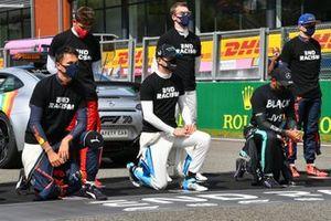 Los pilotos se reúnen en la parrilla en apoyo de la campaña del fin del racismo