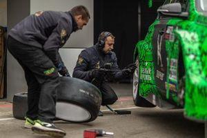 Механики Taif Motorsport меняют колеса