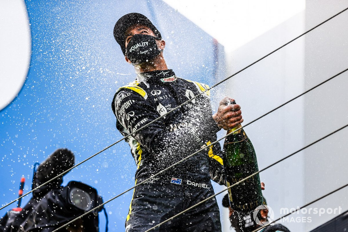 Daniel Ricciardo, Renault F1, 3rd position, sprays champagne