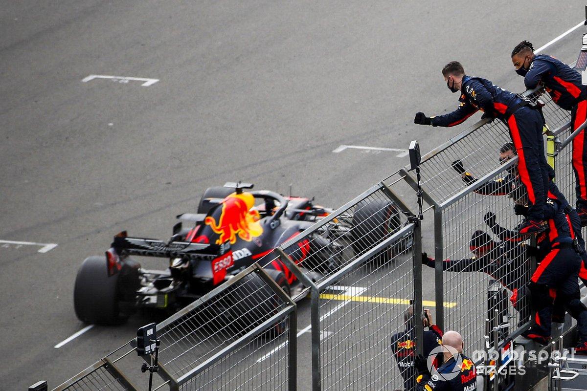 Max Verstappen, Red Bull Racing RB16 taglia la linea del traguardo