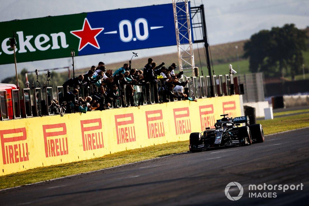 Ganador Lewis Hamilton, Mercedes F1 W11, cruza la meta