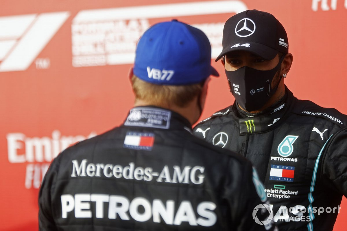 Valtteri Bottas, Mercedes-AMG F1, secondo classificato, parla con Lewis Hamilton, Mercedes-AMG F1, primo classificato