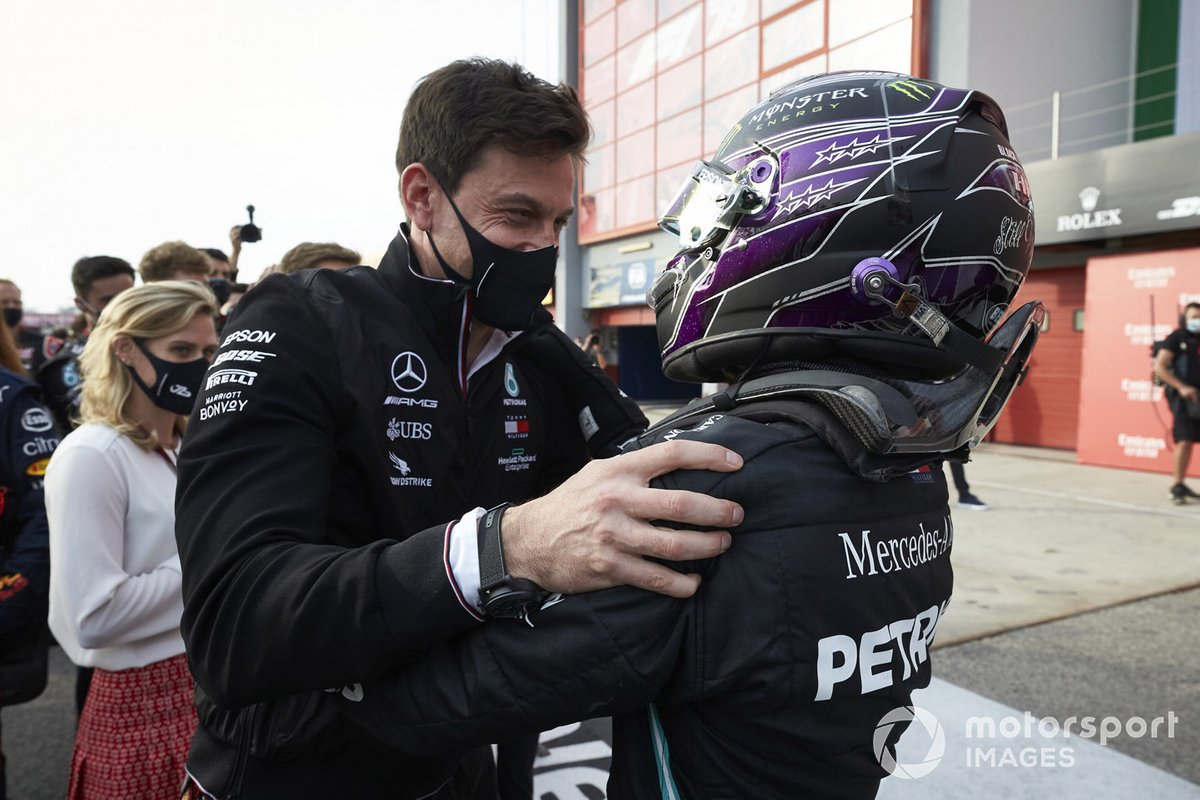 Toto Wolff, Executive Director (Business), Mercedes AMG, e Lewis Hamilton, Mercedes-AMG F1, 1° posto festeggiano nel parco chiuso