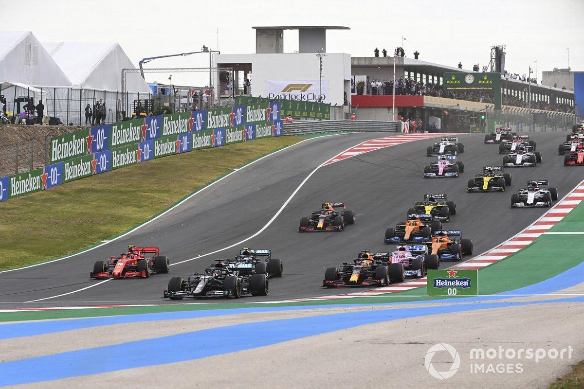 Lewis Hamilton, Mercedes F1 W11, Valtteri Bottas, Mercedes F1 W11, Max Verstappen, Red Bull Racing RB16, leads, Sergio Perez, Racing Point RP20, e il resto del gruppo alla partenza
