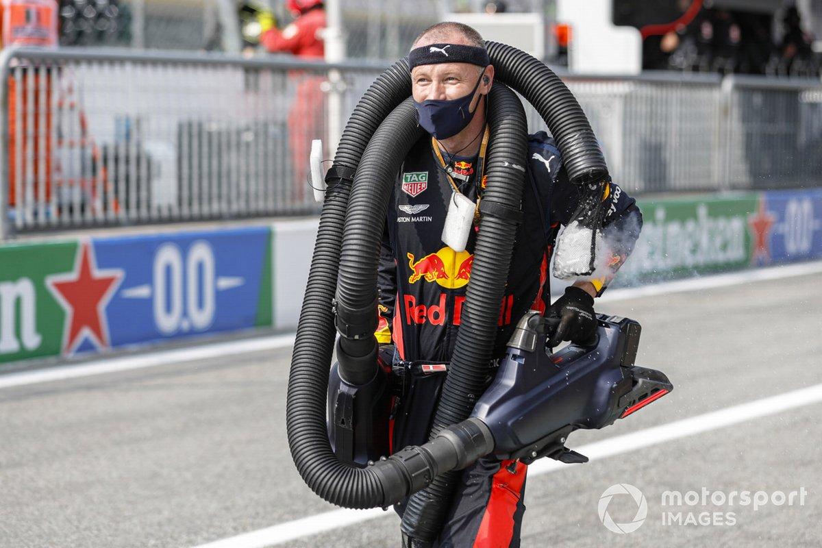 Un mecánico de Red Bull en parrilla con unas mangueras