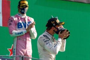 Le vainqueur Pierre Gasly, AlphaTauri, embrasse son trophée sur le podium
