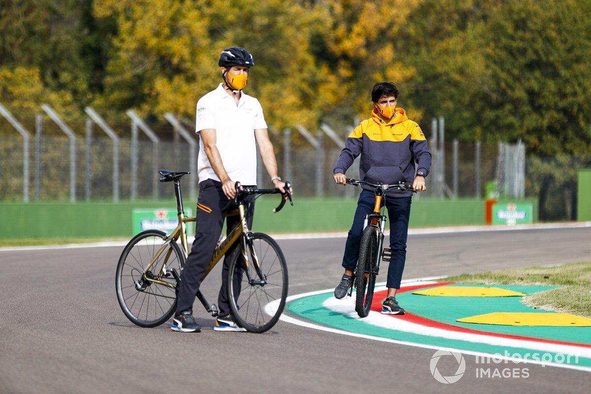 Carlos Sainz Jr., McLaren, en bici