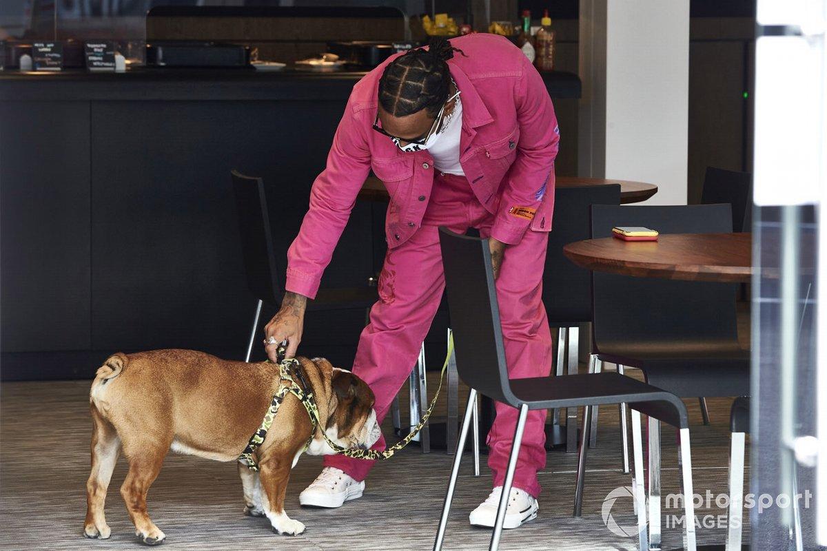 Lewis Hamilton, Mercedes-AMG F1, con su perro Roscoe