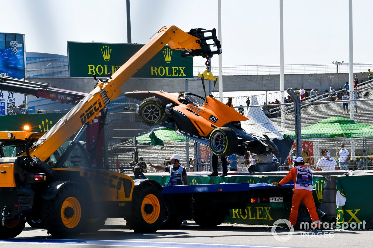 Marshals recover the car of Jack Aitken, Campos Racing after crashing with Luca Ghiotto, Hitech Grand Prix